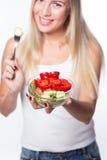 Den unga härliga kvinnan äter grönsaksallad äta som är sunt Att att vara i form Royaltyfri Bild