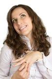 Den unga härliga kvinnan i sötsak drömm med nya smycken Royaltyfri Foto