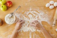 Den unga härliga kvinnan lagar mat i köket arkivbilder