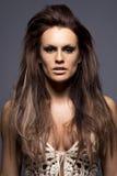 Ung kvinna med hårf8orlängningar. Royaltyfri Fotografi