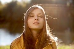 Den unga härliga kvinnan med stängt synar Arkivfoton