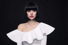 Den unga härliga kvinnan med stilfullt guppar frisyr och den cosplay contaen fotografering för bildbyråer