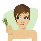 Den unga härliga kvinnan oroade om hårkammen för innehavet för hårförlust som ser det vektor illustrationer