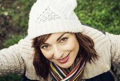 Den unga härliga kvinnan poserar i utomhus- dräkt för höst arkivbild