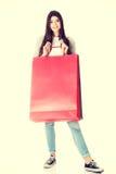 Den unga härliga kvinnan shoppar Royaltyfri Foto