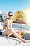 Den unga härliga kvinnan ska äta vattenmelon på stranden Royaltyfri Bild