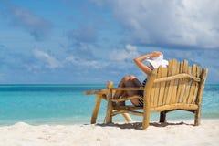 Den unga härliga kvinnan som tycker om sommarsemestern, strand kopplar av, sum Arkivbilder