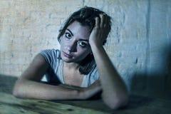 Den unga härliga ledsna och deprimerade kvinnan som ser slösat och frustrerat lidande, smärtar och fördjupningen arkivfoton
