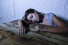 Den unga härliga ledsna och deprimerade kvinnan som ser slösat och frustrerat lidande, smärtar och fördjupningskänslabottenläget  Arkivbild