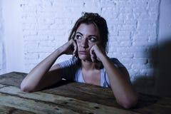 Den unga härliga ledsna och deprimerade kvinnan som ser slösat och frustrerat lidande, smärtar och fördjupningskänslabottenläget  royaltyfri foto