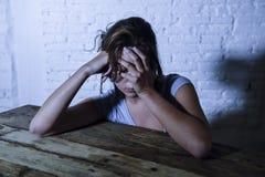 Den unga härliga ledsna och deprimerade kvinnan som ser slösat och frustrerat lidande, smärtar och fördjupningskänslabottenläget  royaltyfri fotografi