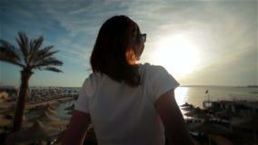 Den unga härliga lyckliga flickan kopplar av i solkust stock video
