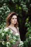 Den unga härliga modellkvinnan i vår parkerar utomhus- elegant flickastående arkivfoto