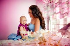 Den unga härliga modern och hon behandla som ett barn dottern Royaltyfri Bild