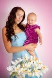 Den unga härliga modern och hon behandla som ett barn dottern Arkivfoton