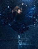 Den unga härliga moderna dansaredansen under vatten tappar Arkivfoto