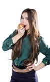 Den unga härliga sexiga flickan med mörkt lockigt hår som rymmer det stora äpplet för att tycka om smaken och, bantar, leendet Royaltyfri Fotografi