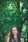 Den unga härliga tonåriga flickan i sommar parkerar Royaltyfria Foton