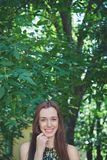 Den unga härliga tonåriga flickan i sommar parkerar Arkivbilder