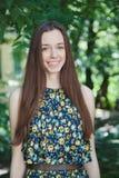 Den unga härliga tonåriga flickan i sommar parkerar Arkivfoton