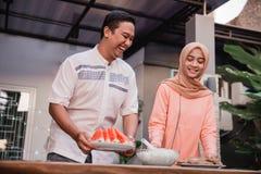 Den unga den hijabkvinnan och pojkvännen förbereder kokkonstavbrott som är snabbt till vänner royaltyfri foto