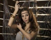 Den unga hippiebohokvinnan poserar med maskot på en träbakgrund Fotografering för Bildbyråer