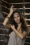 Den unga hippiebohokvinnan poserar med maskot på en träbakgrund Arkivbilder