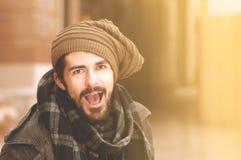 Den unga hipstergrabben som har gyckel som ropar i instagram, tonar Arkivfoton