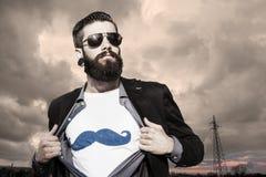 Den unga hipstersuperheroen övervakar under en mörk himmel Fotografering för Bildbyråer