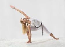 Den unga härliga flickan är förlovad i yoga Arkivbilder