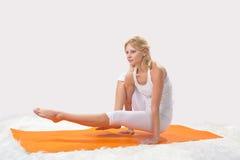 Den unga härliga flickan är förlovad i yoga Arkivbild