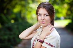Den unga härliga kvinnan i sommar parkerar Royaltyfri Foto