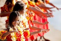 Den unga Hula dansaren leder skådespelartruppen Royaltyfri Fotografi