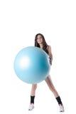 Den unga idrotts- kvinnan övade med en blå stabilitetsboll Royaltyfri Fotografi