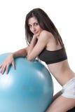 Den unga idrotts- kvinnan övade med en blå stabilitetsboll Royaltyfri Foto
