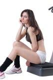 Den unga idrotts- kvinnan annonserar massagemaskinen Arkivbilder