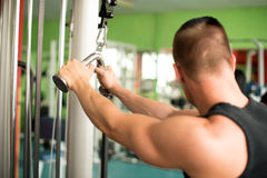Den unga idrotts- mannen utarbetar i konditionidrottshallgenomkörare Royaltyfria Foton