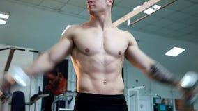 Den unga idrotts- mannen utför muskelövningar lager videofilmer