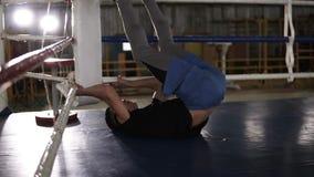 Den unga idrottsman nen i tillfälliga drev på den boxas idrottshallen som gör handtaget, ups för magelyftande ben upp till huvude stock video
