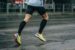Den unga idrottsman nen kör en maraton royaltyfria foton