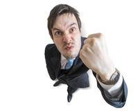 Den unga ilskna chefen hotar med näven som isoleras på vit bakgrund övre sikt arkivfoto