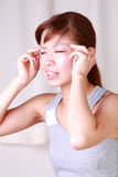 Den unga japanska kvinnan lider från den head knipet Royaltyfri Bild