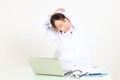 Den unga japanska kvinnliga doktorn tar en rest  Arkivbilder
