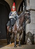 Den unga kavalleristen på vakten på hästvakter ståtar i London, UK fotografering för bildbyråer