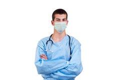 Kirurgen som ha på sig blått, skurar med beväpnar korsat Arkivfoton