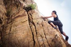Den unga klättraren vaggar klättring Royaltyfri Foto