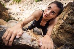 Den unga klättraren vaggar klättring Royaltyfria Bilder