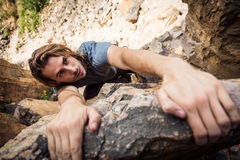 Den unga klättraren vaggar klättring Arkivbilder