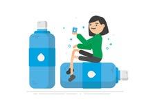 Den unga kvinnan är dricksvatten från en plast- flaska Royaltyfria Bilder