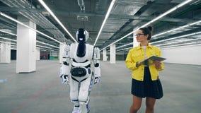 Den unga kvinnan är komma och koppla en cyborg på arkivfilmer